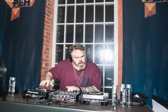 Актер из «Игры престолов» отыграл DJ-сет в Москве
