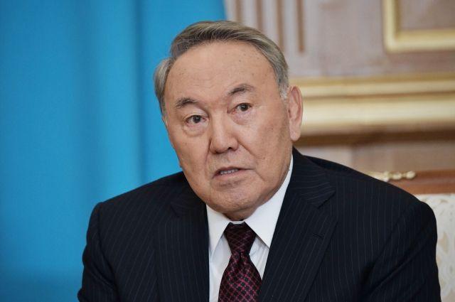 Назарбаев хочет запретить казахским девушкам носить черные одеяния
